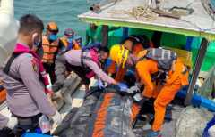Tim evakuasi jenazah nelayan korban tabrakan kapal di Selat Bangka
